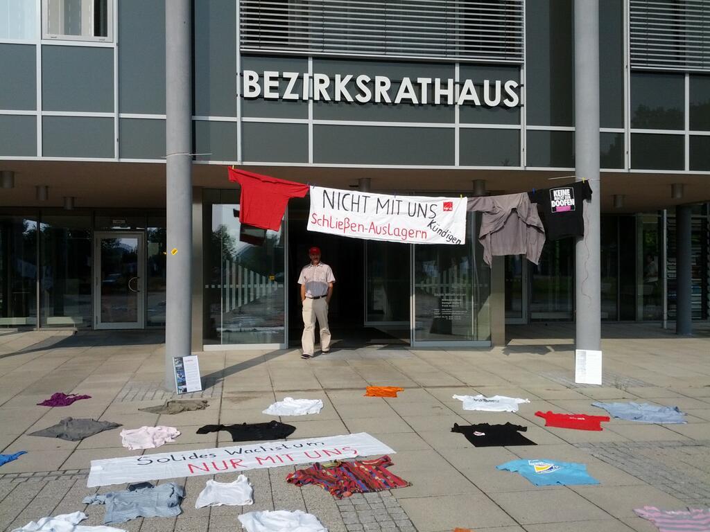 Protest gegen die Ausgliederung von Teilbereichen der Bezirkskliniken Ende Juli vor dem Bezirksrathaus